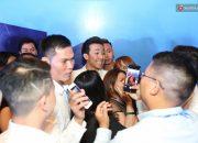 Gương mặt gượng cười của Trấn Thành khi bị fan vây quanh tại sự kiện