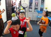 Học sinh lớp Kỹ năng sống 5-6 tuổi đội bát & bóng nhảy theo nhạc