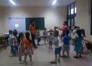 Học sinh tiểu học lớp Kỹ năng sống tại Hạ Long sung sướng tập yoga cười