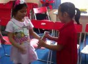 Học viên lớp Kỹ năng Giao tiếp học sinh tiểu học thực hành quy tắc 1 chạm